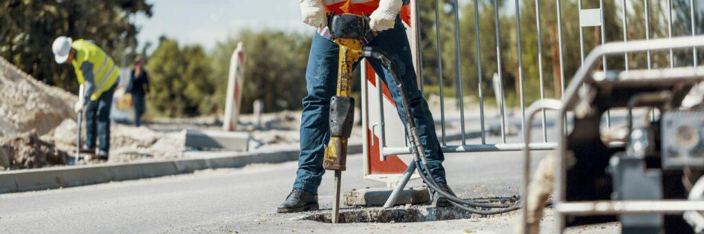 ¿Puedo solicitar compensación laboral por mi accidente en construcción si soy indocumentado?
