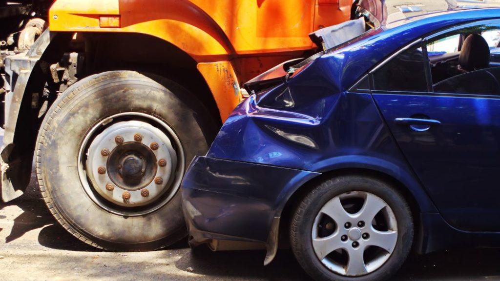 Cómo presentar una demanda millonaria por accidente de camión